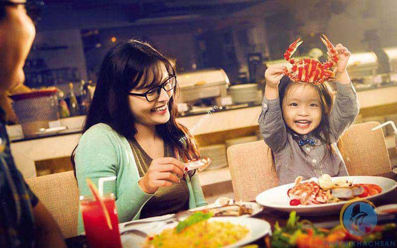 Ảnh phụ huynh và bé ăn buffet