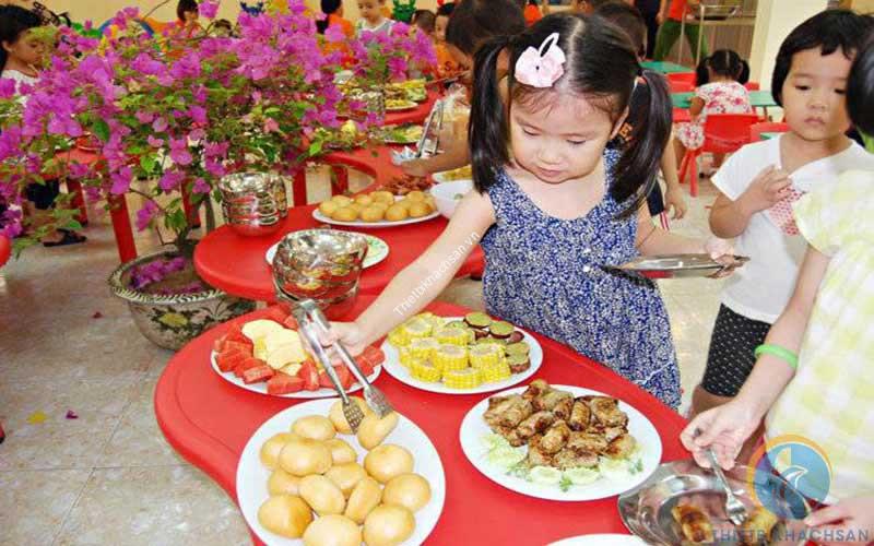 Ảnh tiệc buffet cho trẻ mầm non tại trường học