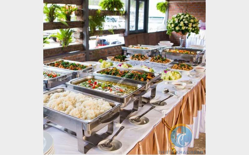 Những món ăn nóng được đựng trong nồi hâm buffet