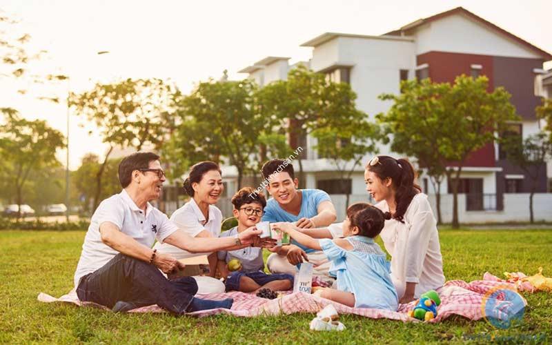 Không gian vui vẻ của gia đình tham dự tiệc