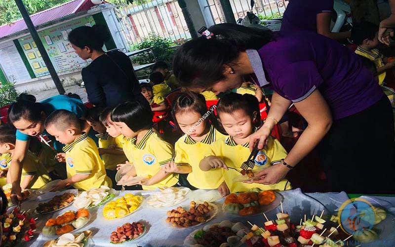 Ảnh hướng dẫn các bé ăn buffet đúng cách và lịch sự