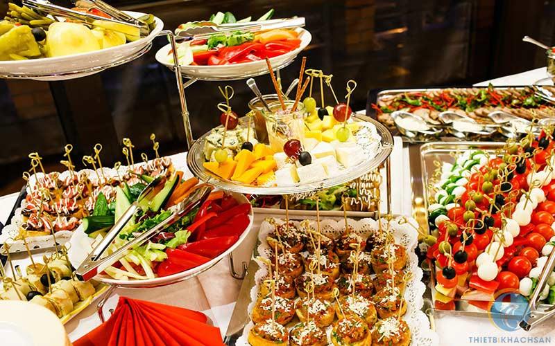 Món ăn trong buffet được trang trí đẹp mắt