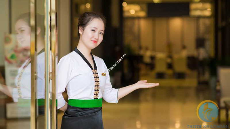 Hình ảnh nhân viên nhà hàng đón khách