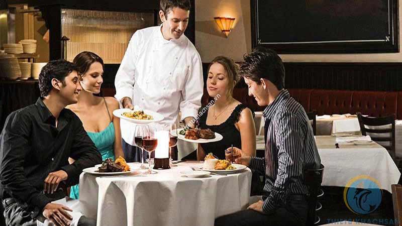 Ảnh nhân viên phục vụ khách tại nhà hàng