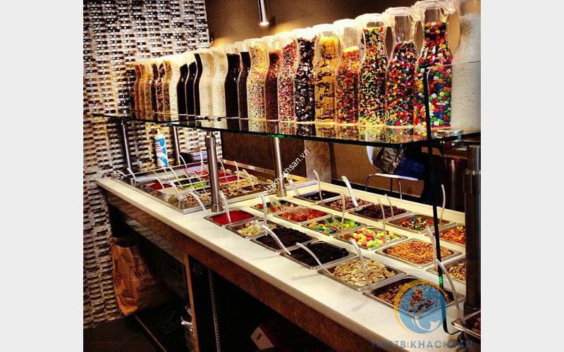 Quầy topping trong một cửa hàng kem tự chọn