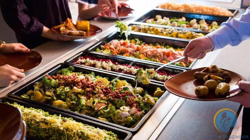 Phục vụ tiệc buffet với thức ăn vừa phải