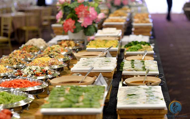 Memu tiệc buffet được bày trí bắt mắt