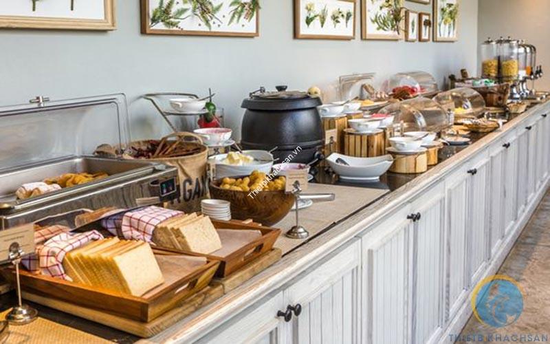 Thực đơn tiệc buffet gồm món khai vị, món chính, món phụ, món tráng miệng và đồ uống