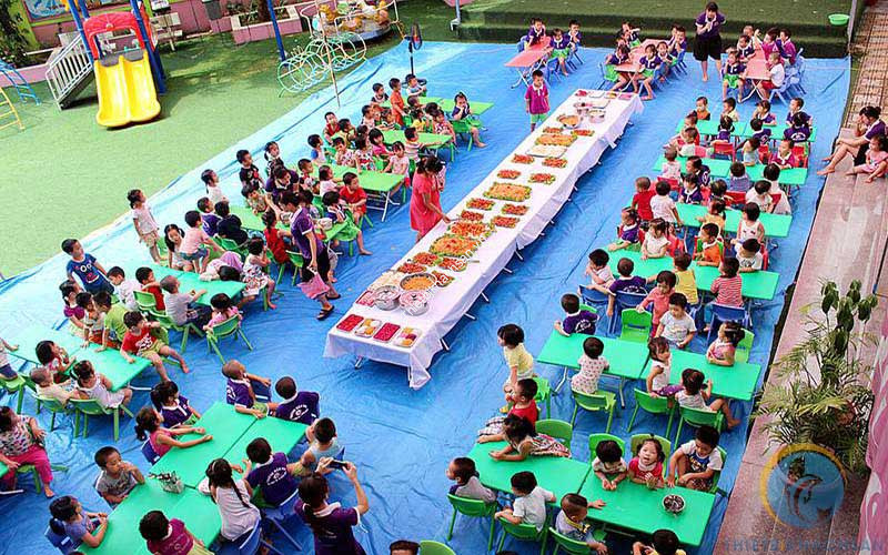 Ảnh tổ chức buffet cho bé tại khu vui chơi