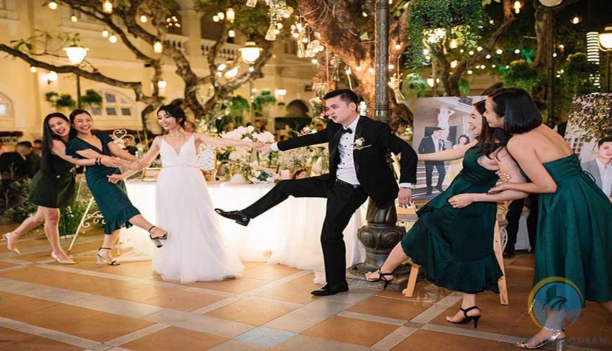 Khách mời tiệc trà trong lễ cưới